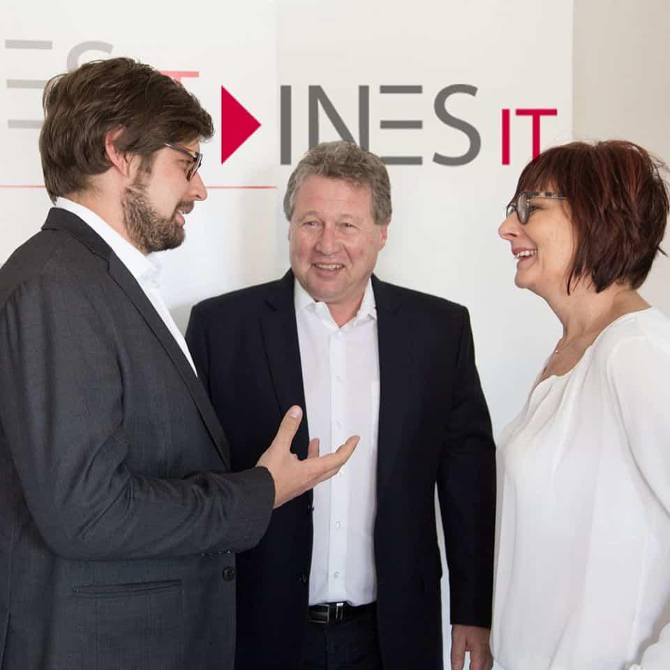 Florian und Willi Wiesenbauer unterhalten sich mit einer Mitarbeiterin